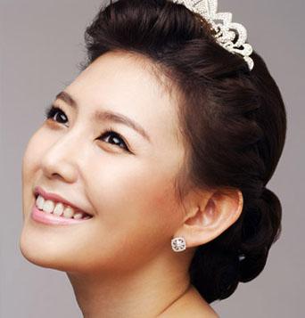 选择新娘头发的一侧编一个辫子,增加了造型的整体感,一朵白花点缀脑后